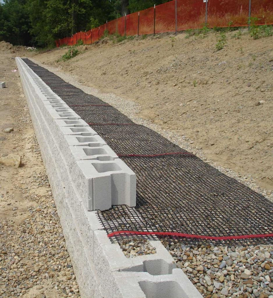Geogrid for block retaining wall